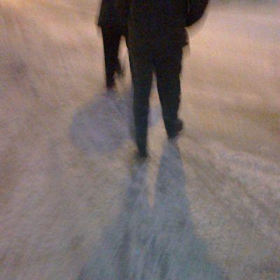 Ihmisiä kävelee kadulla.