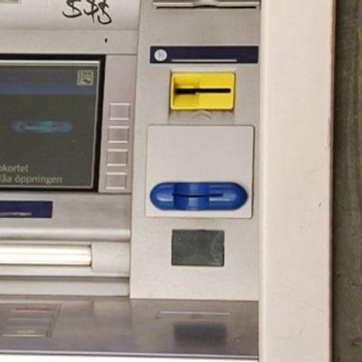 Automaatti, johon oli asennettu kortin kopiointiin soveltuva kaksiosainen laite.