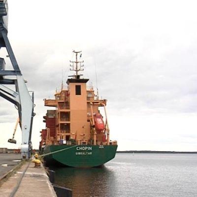 Malvilaiva Chopin ankkurissa Oulun satamassa
