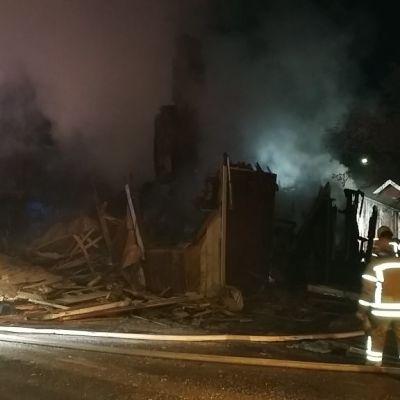 Tulipalon jälkiraivaus Porin Ruosniemessä