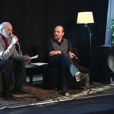 Lapuan hiippakunnan piispa Simo Peura kertoo yleisölle musiikkivalinnoistaan.