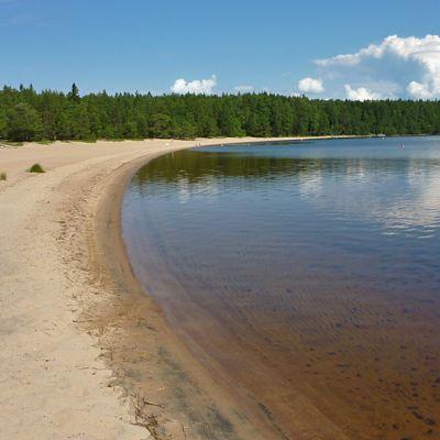 Ärjänsaaressa on pitkiä hiekkarantoja.