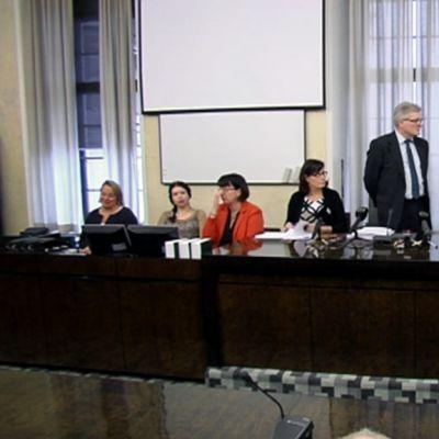 Perustuslakivaliokunnan tiedotustilaisuus eduskunnassa torstaina.