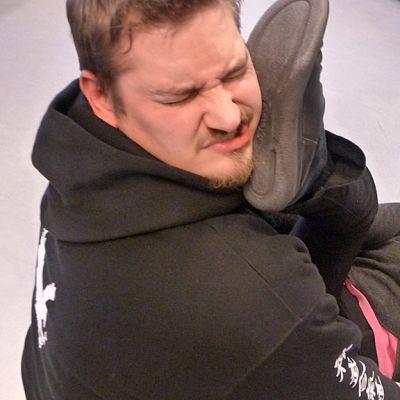 Kuvassa itsepuolustuskouluttaja Erik Högland puolustautuu Raila Paavolan käsittelyssä.