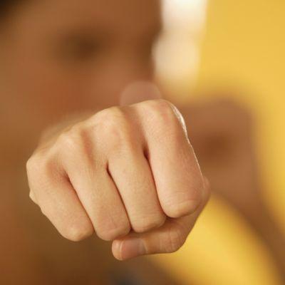 Kuvassa nyrkki.