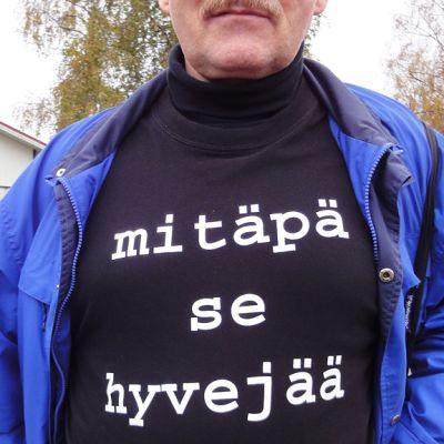 Puolangan pessimistien t-paidassa lukee hokema: Mitäpä se hyvejää.