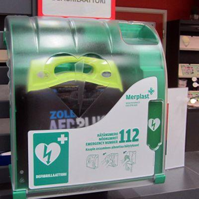 Defibrillaattori marketin infotiskillä
