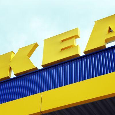 Ikean logon katolla.