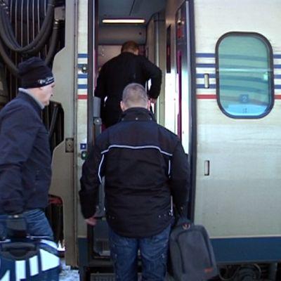 kaksi matkustajaa nousee Allegro-junaan kouvolan rautatieasemalla