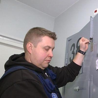 Rikoskomisario Jarkko Timonen avaa poliisivankilan sellinoven Joensuussa.