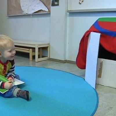 Oulun saamenkielisessä Rásit-ryhmässä on seitsemän äidinkieleltään saamelaista lasta ja kolme suomenkielistä, saamea oppivaa lasta.