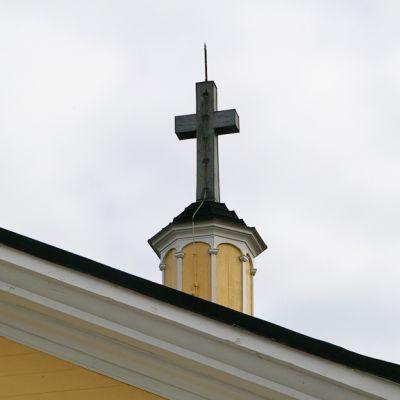 Risti kirkon katolla.