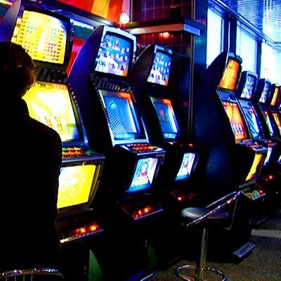 Henkilö pelaa rahapeliä.