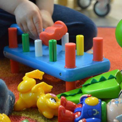 Lapsi leikkii lelulla.
