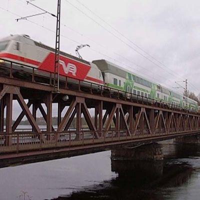 Juna ylittää Mansikkalan siltaa.