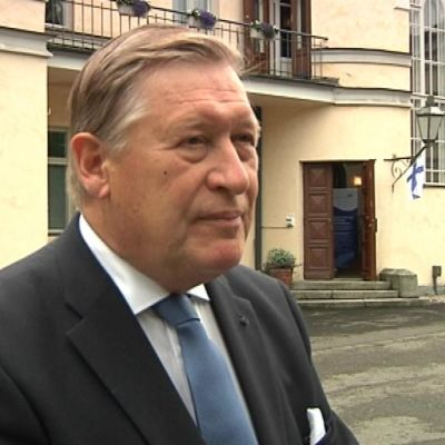 Kieliasiain neuvottelukunnan puheenjohtaja Pekka Hallberg.