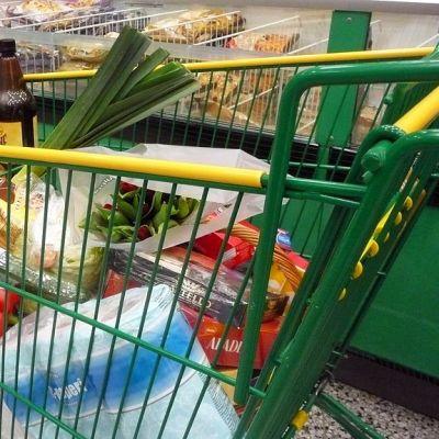 Ostoskärryt  täyttyvät purjoista ja pulloista.