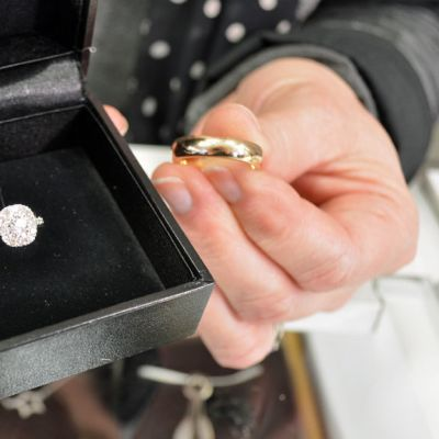 Valkokultainen timanttisormus ja kultasormus.