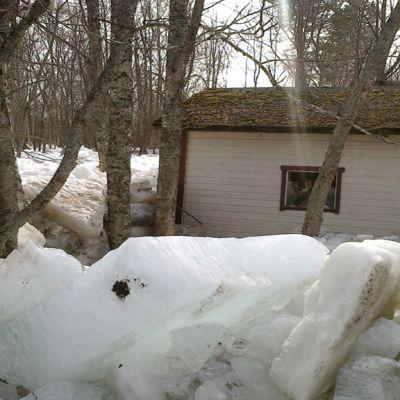 Jäälohkareet ympäröivät ulkovaraston Pyhäjoella