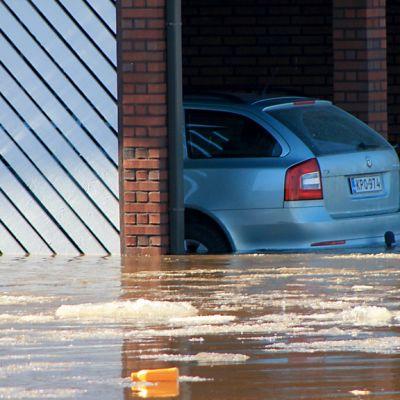 Talo tulvan vallassa Pyhäjoen keskustassa.