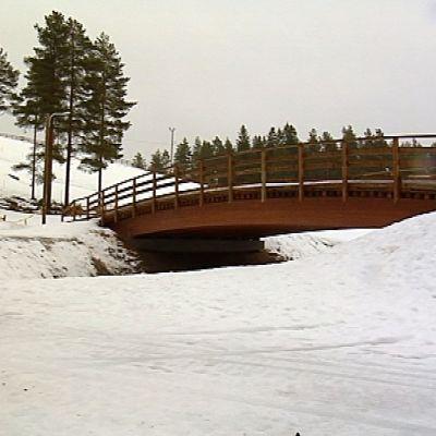 Kempeleen hiitokeskuksen uusi silta palvelee hiihtäjiä.