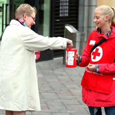 Henkilö lahjoittaa rahaa Nälkäpäivän keräykseen 13. syyskuuta 2012. Anna Vuorinen Nälkäpäivä-kerääjänä.