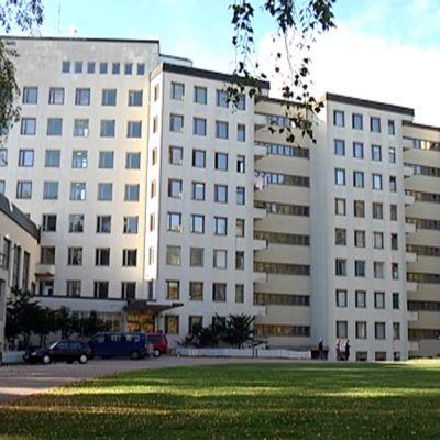 Tiurun vanhassa keuhkoparantolassa toimii tällä hetkellä Joutsenon vastaanottokeskus.