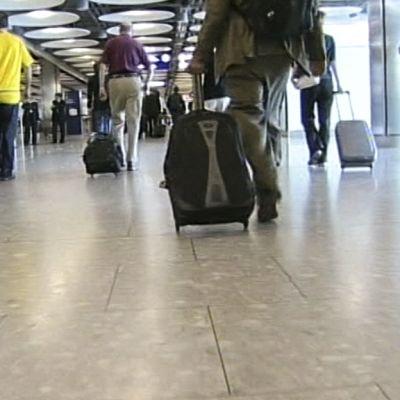 lentomatkustajia lentoasemalla