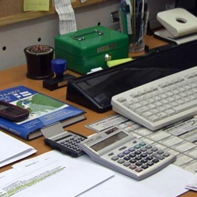 Tavaroita toimistopöydällä.