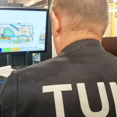 Tulliviranomainen läpivalaisee ulkomailta saapuvia lähetyksiä Tullin tiloissa Vantaalla 24. syyskuuta 2015.