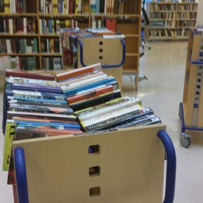 Kirjoja palautuskärryssä kirjastossa