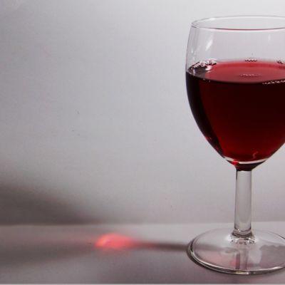 Kuvassa viinilasi.