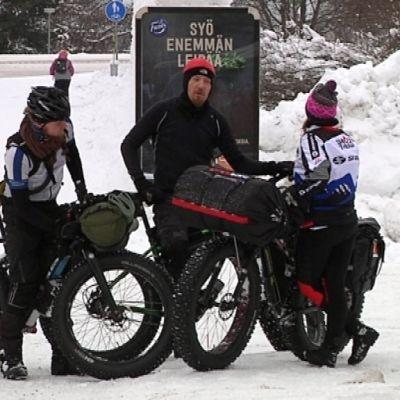 Fatbike -kilpailijat valmistautuvat kamppailemaan Arctic Winter Race -kisan voitosta Rovaniemellä.