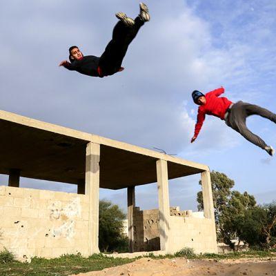 kaksi poikaa hypännyt ilmaan katolta
