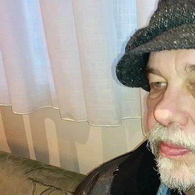 Kuvassa istuu mies nimeltä Jukka Syrenius