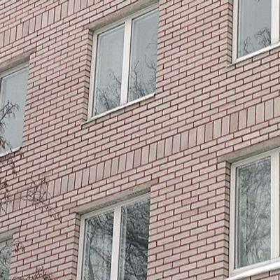 Kerrostalon ikkunoita.