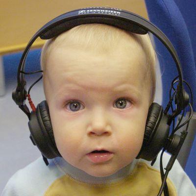 Lapsi kuulokkeet päässä