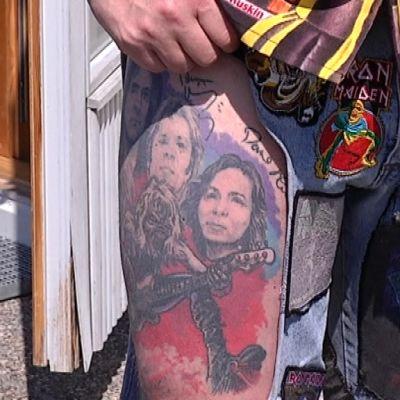 Brittiläisen fanin reidestä löytyy Iron Maiden -yhtyeen jäsenten nimikirjoitukset tatuoituna.