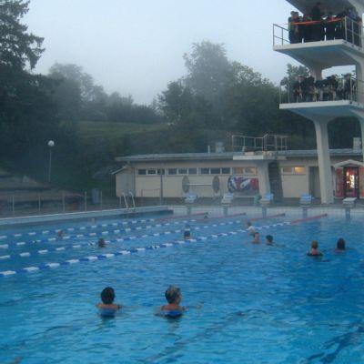 Samppalinnan aamukonsertti kokosi altaalle noin sata uimaria.