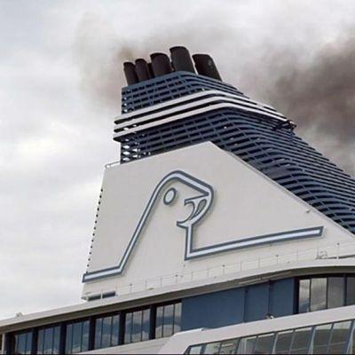 Kuva Silja Serenaden savuttavasta piipusta.