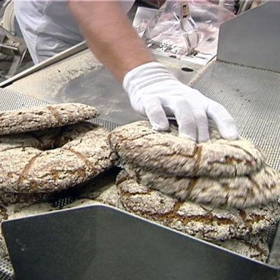 Leipää pussitetaan leipomossa.