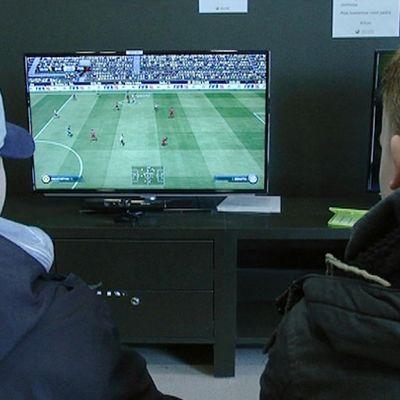 Nuoret pelaavat Tampereen Lielahden kirjastossa.