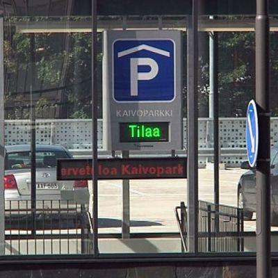 Hämeenlinnan Kaivoparkki-pysäköintitalo.