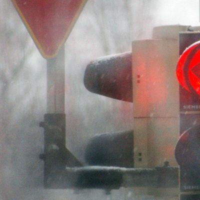 Liikennevalo näyttää punaista.