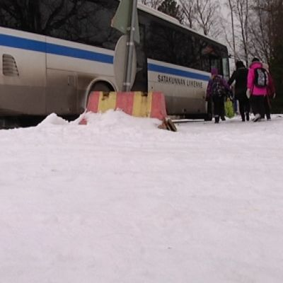 lapsia menossa linja-autoon
