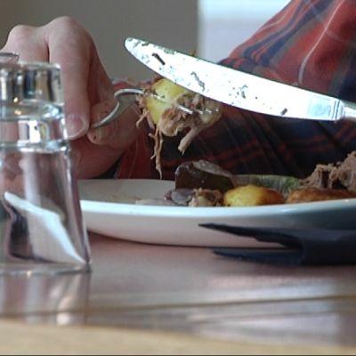 Lounasruokaa ravintolassa.