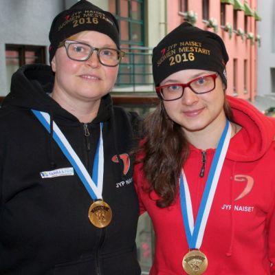 JYPin mestarinaiset Jenni Hiirikoski (vas.) ja Marjo Voutilainen.