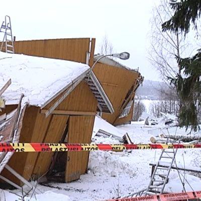 Laukaan ratsastuskoulun maneesi tuhoutui romahduksessa täysin.