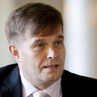 Kokoomuksen kansanedustaja Kari Tolvanen kuvattuna eduskunnassa 22. kesäkuuta 2011.