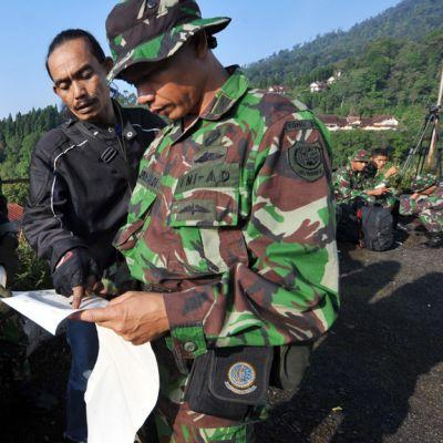 Sotilaat jatkoivat onnettomuuden uhrien etsintöjä Cidahussa 10. toukokuuta 2012.